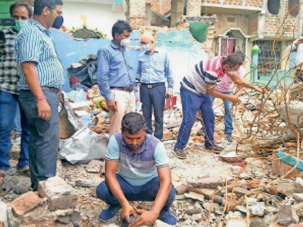 घटनास्थल पर जांच करती एटीएस की टीम। - Dainik Bhaskar