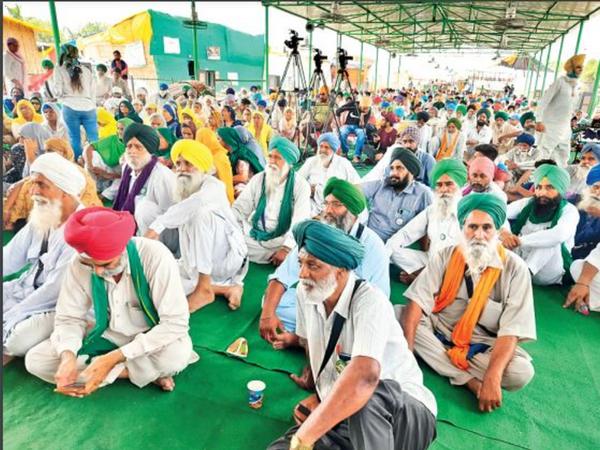 मंच पर किसान नेता बलबीर सिंह राजेवाल, गुरनाम सिंह चढ़ूनी, दर्शनपाल आदि नेता संबोधन करते हैं, हर दिन मंच तक महिलाएं पहुंच रही हैं। - Dainik Bhaskar