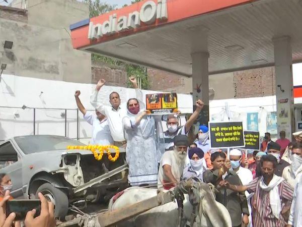 अमृतसर में कांग्रेस कार्यकर्ता बैलगाड़ी पर कार रखकर पेट्रोल पंप पर प्रदर्शन करने पहुंचे। - Dainik Bhaskar