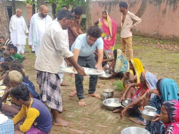 बक्सर के चौसा में लालू की रसोई में खाना खाते गरीब।