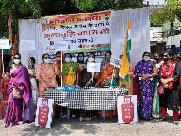रतलाम में महिला कांग्रेस प्रदर्शन कर रही हैँ।