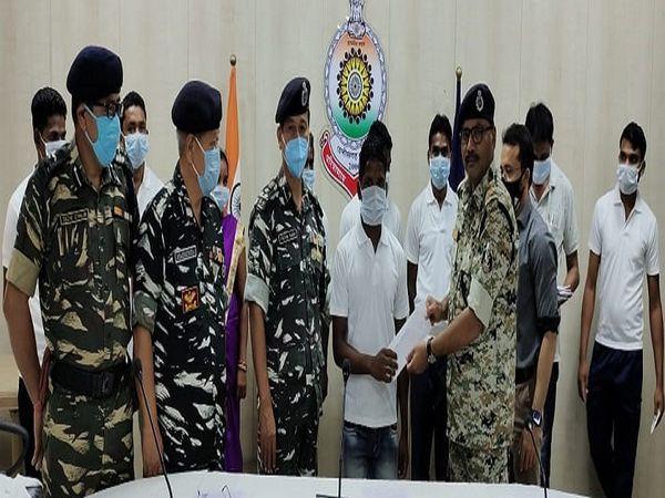 सुकमा जिले में 8 नक्सलियों ने सरेंडर किया है। सरेंडर करने वालों में एक दंपती भी शामिल है। - Dainik Bhaskar