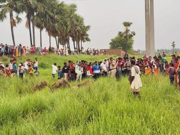 घटनास्थल पर उमड़ी ग्रामीणों की भीड़। - Dainik Bhaskar