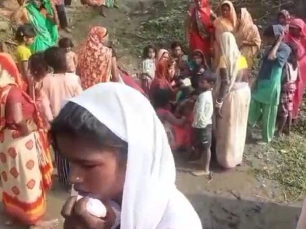 घटनास्थल पर उमड़ी लोगों की भीड़। - Dainik Bhaskar
