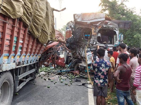 भीषण हादसे का नजारा और मौके पर ग्रामीणों की भीड़। - Dainik Bhaskar