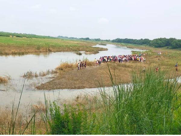 किऊल हरोहर नदी के पास उमड़ी ग्रामीणों की भीड़।