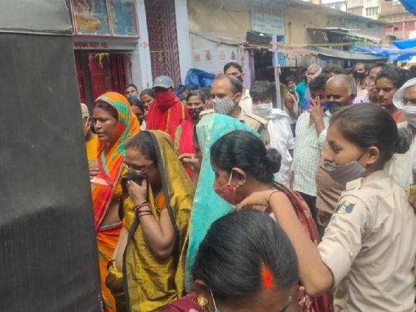 महिला चोरों को गिरफ्तार कर ले जाती पुलिस की टीम। - Dainik Bhaskar