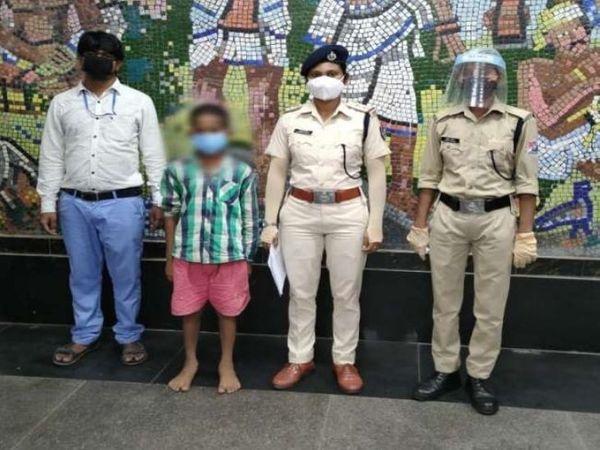 आरपीएफ की टीम ने उसे चाइल्ड लाइन के हवाले कर दिया है। चाइल्डलाइन किशोर के परिजनों से संपर्क कर रही है। - Dainik Bhaskar