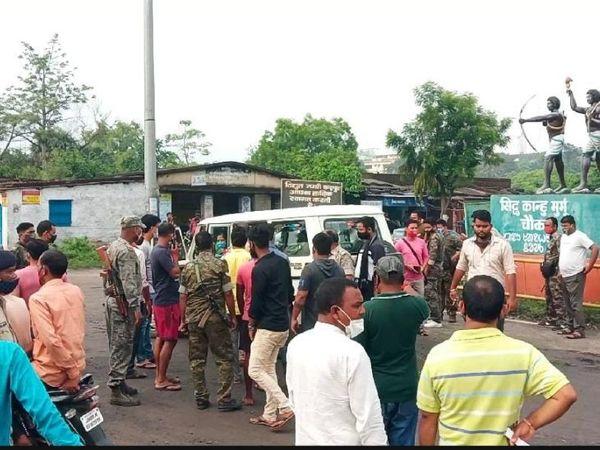 घटना की सूचना मिलने पर चंद्रपुरा के बीडीओ व थाना प्रभारी मौके पर पहुंचे। वे ग्रामीणों को समझाने की मांग कर रहे हैं लेकिन ग्रामीण अपनी मांग पर अड़े हैं। - Dainik Bhaskar