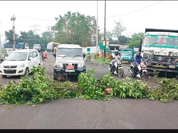 घटना के बाद सड़क पर गाड़ियों की लंबी कतार लग गई है।