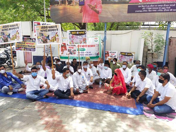 बाड़मेर में तेल कीमतों के विरोध में धरना देते कांग्रेस कार्यकर्ता। - Dainik Bhaskar