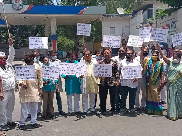 सिविल रोड पर दीनदयाल प्रतिमा के सामने किया विरोध - Dainik Bhaskar