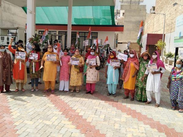 श्रीगंगानगर में पेट्रोल डीजल की कीमतों में बढ़ोतरी  का कांग्रेस ने किया विरोध। - Dainik Bhaskar