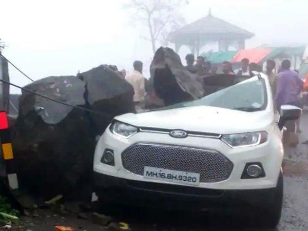 भारी बारिश के चलते कल्याण के पास अहमदनगर हाईवे पर लैंडस्लाइड हुई है। यहां पहाड़ी से गिरे मलबे में एक कार दब गई।
