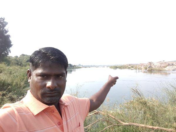 संजय ने अपने गांव की नदी के सीपियों से ही मोतियों की खेती की शुरुआत की थी। तस्वीर में वे नदी के पास खड़े हैं।
