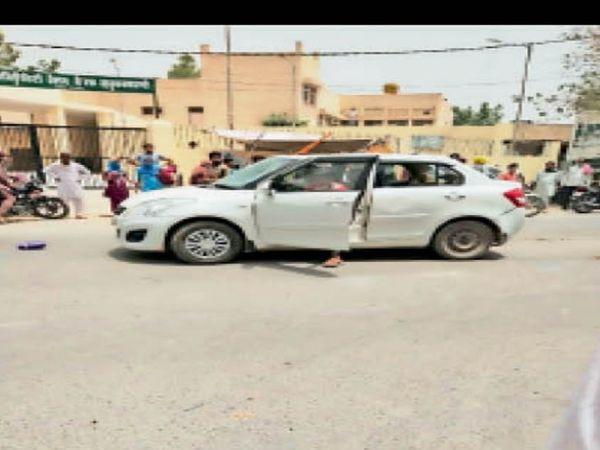 थाने के बाहर खड़ी कार जिसमें तोड़-फोड़ की गई। - Dainik Bhaskar