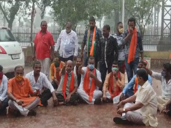 तस्वीर सरस्वती नगर थाने की है। बाहर बारिश में भीगते हुए भाजपा नेता प्रदर्शन कर रहे हैं। - Dainik Bhaskar