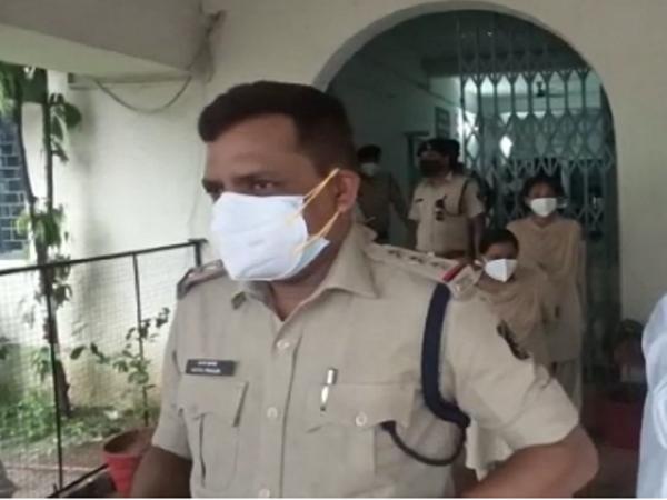 भाजपा नेताओं के सियासी ड्रामे को पुलिस भी देखती रही।