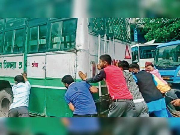करसोग में धक्का देकर बसों को किया जा रहा स्टार्ट। - Dainik Bhaskar