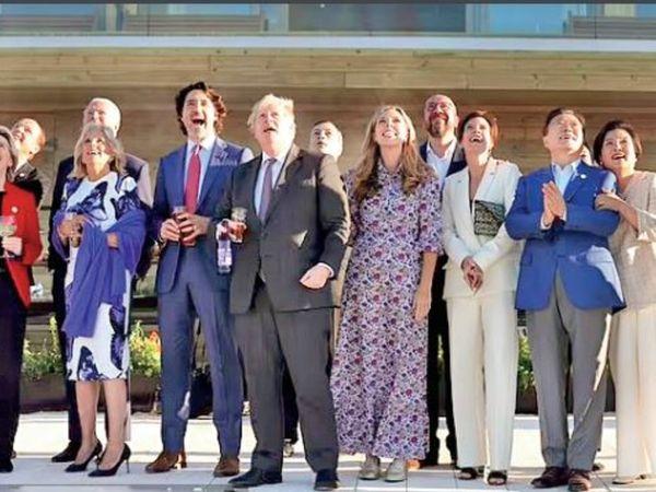 हम साथ-साथ हैं- ब्रिटेन में रॉयल एयरफोर्स की एक्रोबैटिक टीम की कलाबाजी देखते जी-7 देशों के नेता। - Dainik Bhaskar