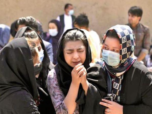 काबुल में बीते 48 घंटों में यह चौथी बस थी, जिसे बम से उड़ाया गया था। इन विस्फाेटाें में 18 लाेग मारे गए थे। - Dainik Bhaskar