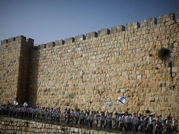 यहूदी फ्लैग मार्च में इजराइली झंडे के साथ यरूशलम के ओल्ड सिटी में परेड करते हुए अल अक्सा मस्जिद की वेस्टर्न वॉल तक जाते हैं। यह परेड शहर की अरबी मुस्लिम बहुल आबादी से गुजरती है, जिसके चलते हालात तनावपूर्ण हो जाते हैं।