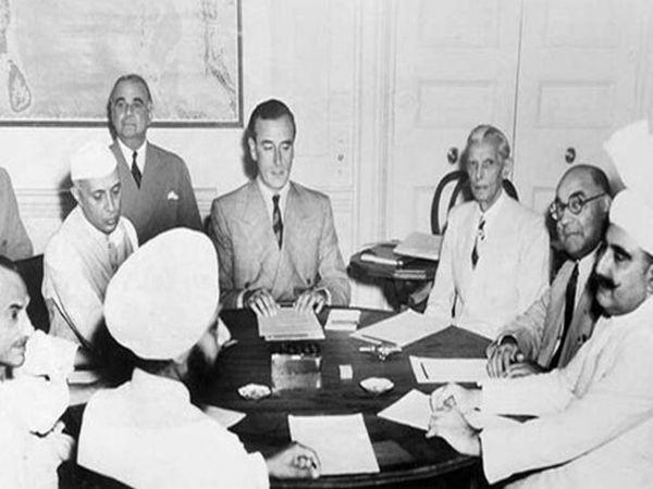बंटवारे के प्लान पर नेहरू, जिन्ना और बाकी लोगों के साथ चर्चा करते माउंटबेटन।