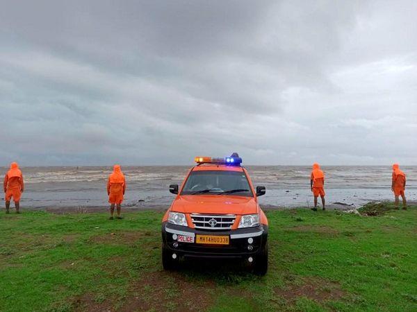 भारी बारिश की आशंका को देखते हुए महाराष्ट्र के तटीय जिलों में NDRF की कई टीमें तैनात की गई हैं।