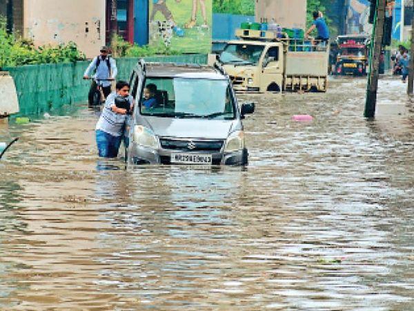 राेहतक| रोहतक जिले में रविवार सुबह अच्छी बारिश हुई। पालिका बाजार में 2 से 3 फीट पानी भर गया। इससे कई गाड़ियां बंद हो गईं। उन्हें धक्का मारकर बाहर निकालना पड़ा। फाेटाे | सुमित कुमार - Dainik Bhaskar