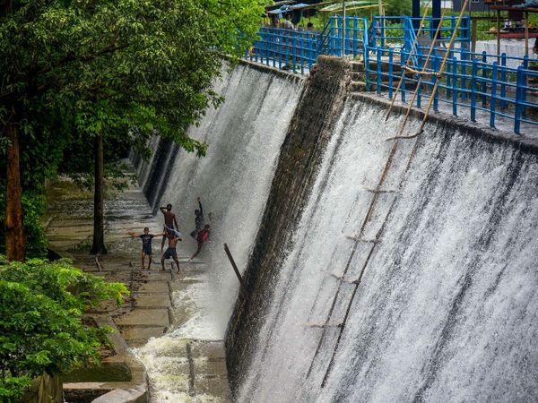 भारी बारिश के चलते मुंबई की पावना झील ओवरफ्लो हो गई है।