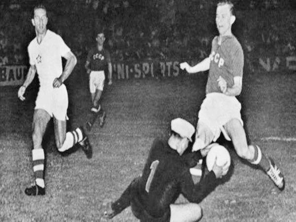 यूरो कप के पहले फाइनल के दौरान यूगोस्लाविया और सोवियत संघ के खिलाड़ी।