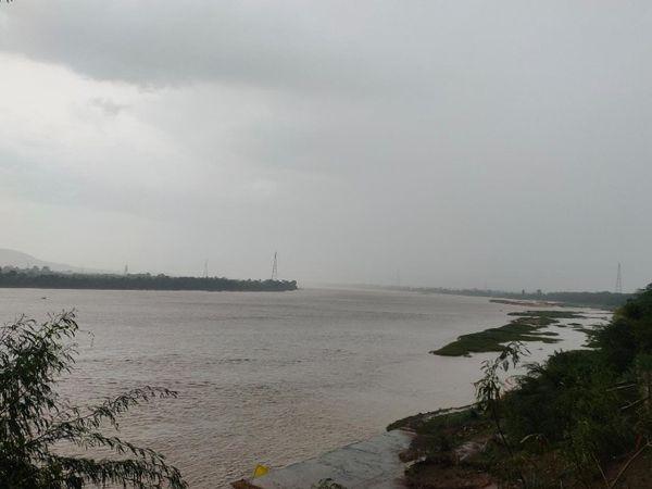 तेज बारिश के बाद से नर्मदा का जलस्तर बढ़ गया है।