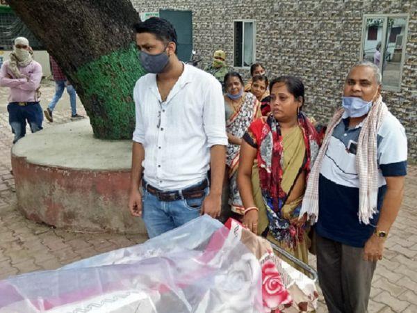 दीप्ति के परिजनों ने देवेंद्र पर हत्या करने का आरोप लगाया है।