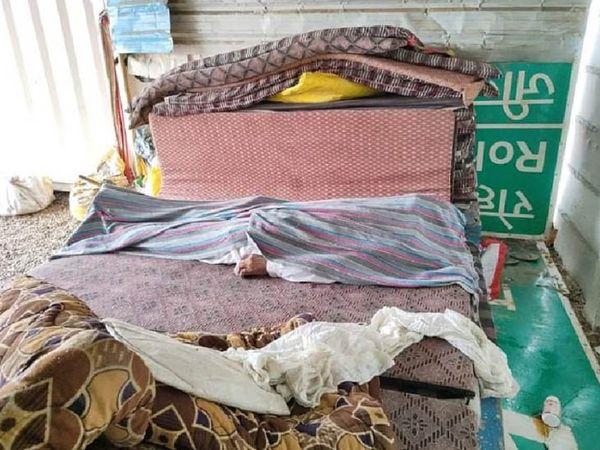 जींद के गांव खटकड़ कलां में टोल प्लाजा पर कपड़े से ढकी गई जहर खाकर आत्महत्या कर चुके किसान पालाराम की लाश। - Dainik Bhaskar