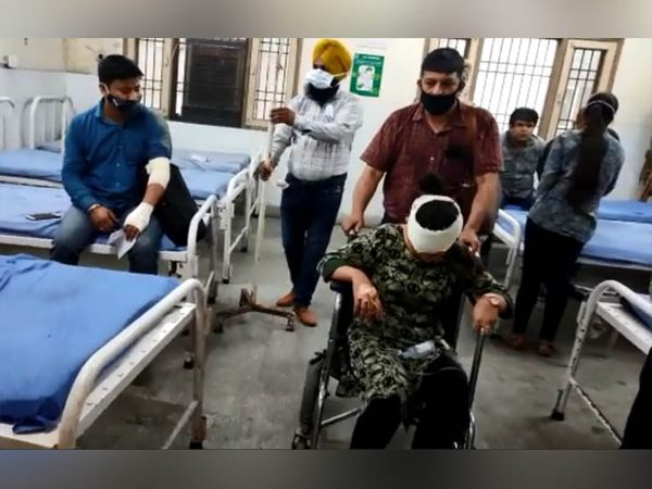 अस्पताल में भर्ती हादसे में घायल हुए लोग।