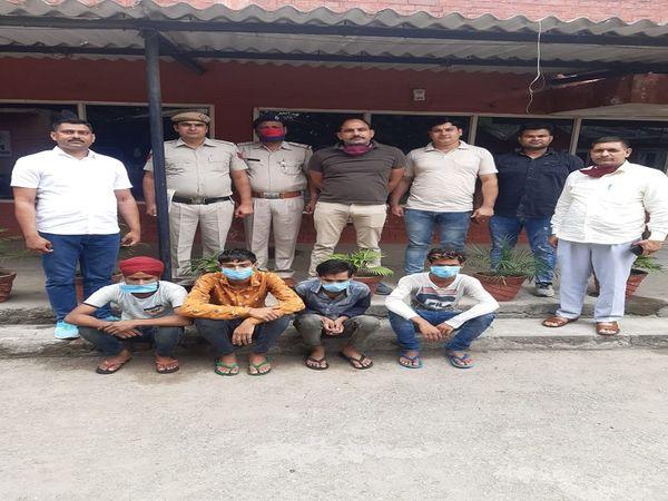 पुलिस की गिरफ्त में साइलेंसर चोर। - Dainik Bhaskar