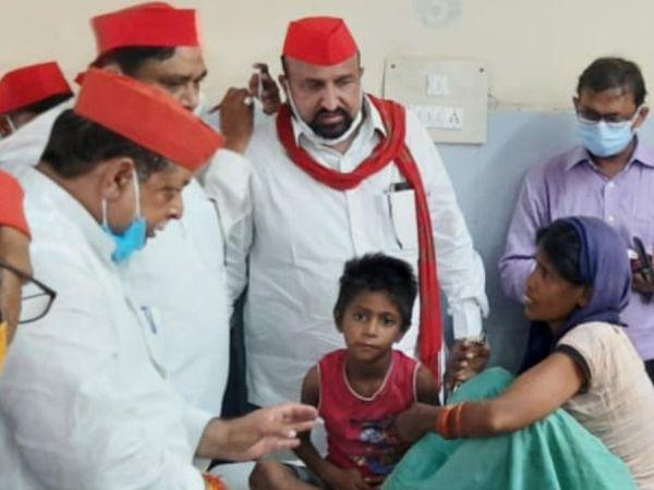 अस्पताल में समाजवादी पार्टी के नेता मदद करने पहुंचे।