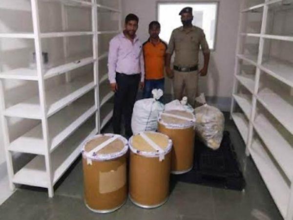 कांगड़ा के सूरजपुर में ट्यूलिप फॉर्मूलेशन प्राइवेट लिमिटेड कंपनी में कार्रवाई के लिए पहुंची टीम सील की गई दवाओं के साथ। - Dainik Bhaskar