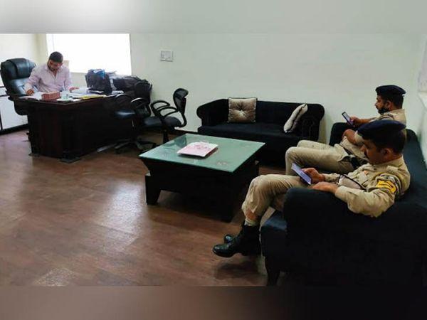 कार्रवाई के दौरान कंपनी के ऑफिस में मौजूद अधिकारी।