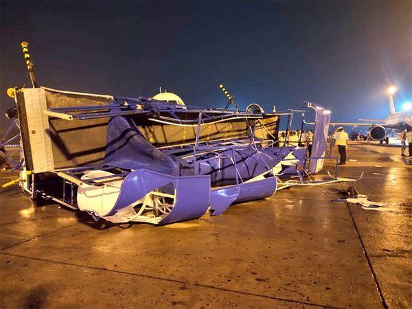 इस घटना में इंडिगो के 3 और गोएयर के 2 विमानों को नुकसान हुआ है। - Dainik Bhaskar