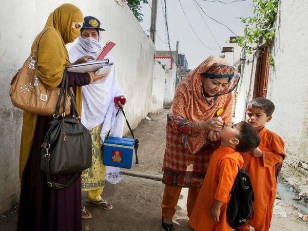 पाकिस्तान सरकार ने देश में पोलियो वैक्सीनेशन प्रोग्राम सस्पेंड कर दिया है। (फाइल) - Dainik Bhaskar