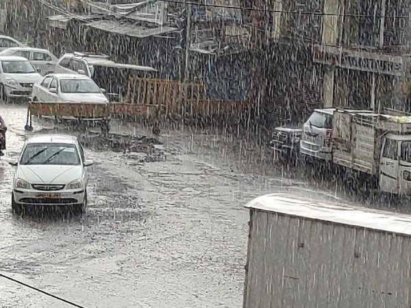तस्वीर राजधानी भोपाल की है। यहां 15 मिनट की बारिश में पूरा शहर भीग गया।
