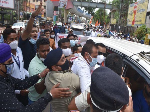 Ruckus on inflation; Congress leader was pushing car and bike to BJP office in Raipur, police stopped on the way | रायपुर में कार को धक्का लगाकर भाजपा कार्यालय ले जा रहे थे कांग्रेस नेता, पुलिस ने रास्ते में रोका, सभी जिलों में प्रदर्शन