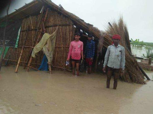 बहराइच में घाघरा में आई बाढ़ में फंसे ग्रामीण।