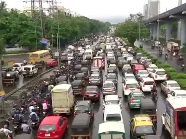 मुंबई के पश्चिमी एक्सप्रेस हाइवे पर बुधवार को हल्की बारिश के बाद जाम लग गया।