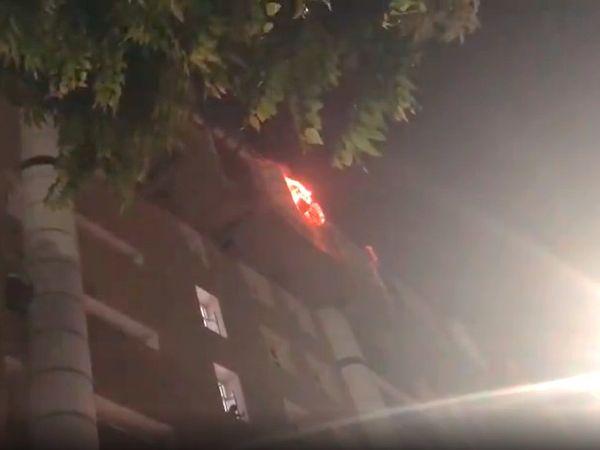 दमकल कर्मचारियों ने 12 बजे के आसपास आग पर काबू पा लिया।