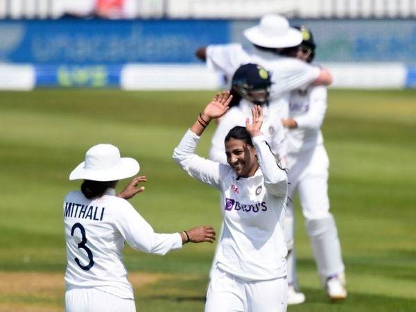 विकेट लेने के बाद स्नेह राणा को बधाई देंती भारतीय कप्तान मिताली राज।