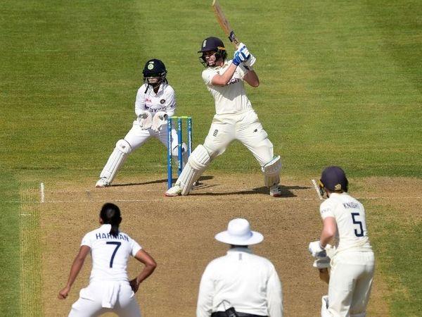 42 रन की पारी के दौरान शॉट खेलतीं नैट स्कीवर।