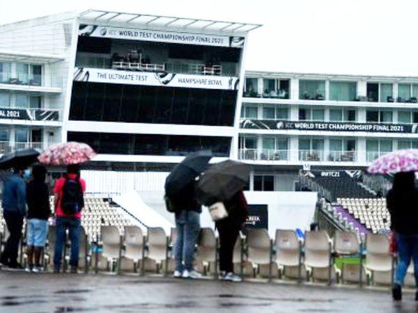स्टेडियम में दर्शक बेसब्री से बारिश खत्म होने का इंतजार कर रहे।