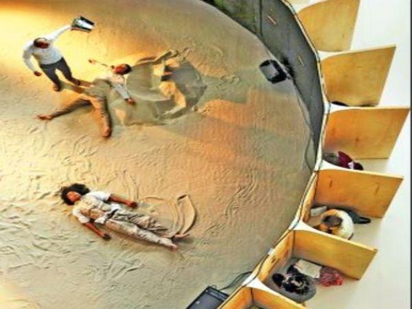 आयोजकों ने एक बड़े से थिएटर को रेनोवेट कराया, उसमें गोलाकार ऑडिटोरियम बनवाया। - Dainik Bhaskar